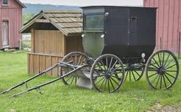Carrozzino di Amish in cortile fotografie stock libere da diritti