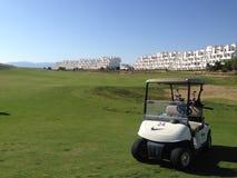Carrozzino di golf parcheggiato sul campo da golf al cource di Condado de Alhama Golf nel sud Spagna di Costa Calida fotografia stock libera da diritti