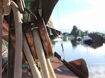 Carrucola di legno sull'imbarcazione a vela immagine stock libera da diritti