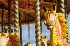 Carrusel colorido del caballo del vintage en un parque de atracciones en verano Fotografía de archivo