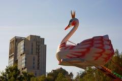 Carrusel con los cisnes en el parque tomado contra el cielo imagen de archivo