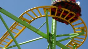 Carrusel de cadena de la adrenalina en parque de atracciones metrajes