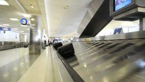 Carrusel de equipaje del aeropuerto - lapso de tiempo almacen de video
