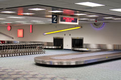 Carrusel de la demanda de bagaje del aeropuerto internacional Imágenes de archivo libres de regalías