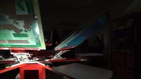 Carrusel de la impresión de pantalla de seda en sitio oscuro almacen de metraje de vídeo