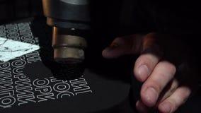 Carrusel de la impresión de pantalla de seda en sitio oscuro Secado de la impresión fresca almacen de metraje de vídeo