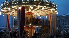 Carrusel de la Navidad en el cuadrado de Maneznaja almacen de metraje de vídeo