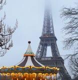 Carrusel de la torre Eiffel y de la antigüedad según lo visto en la noche en París, Francia imagenes de archivo