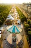 Carrusel de París cerca de la lumbrera foto de archivo