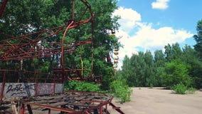 Carrusel del parque de atracciones de Chernóbil Pripyat almacen de video