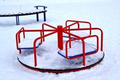 Carrusel del ` s de los niños en el área nevada fotos de archivo libres de regalías