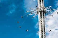 Carrusel en el aire hacia un cielo azul con las nubes Imagen de archivo libre de regalías