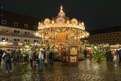 Carrusel en el mercado de la Navidad de los niños en Nuremberg, Alemania foto de archivo