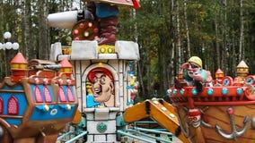 Carrusel en el parque de atracciones almacen de video