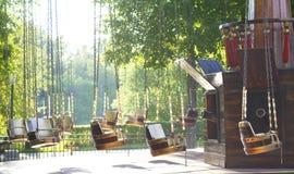 Carrusel en el parque de atracciones, día soleado del ` s de los niños del verano Imagen de archivo libre de regalías