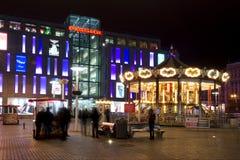Carrusel en la noche en la Dnepropetrovsk cuadrada Foto de archivo libre de regalías