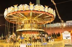 Carrusel en la noche en la Plaza Roja de Moscú Imagenes de archivo