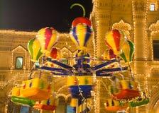 Carrusel en la noche en la Plaza Roja de Moscú Primavera 2015/ Foto de archivo libre de regalías