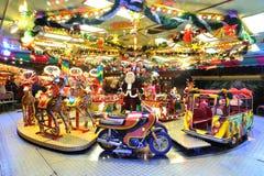 Carrusel en la noche en mercado de la Navidad. Imagenes de archivo