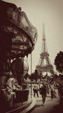 Carrusel en la torre Eiffel, en sepia, París, Francia Imagen de archivo