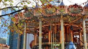 Carrusel festivo con las luces chispeantes almacen de metraje de vídeo
