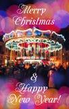 Carrusel francés con los caballos en la noche Saludo del Año Nuevo en fondo con el carrusel y el bokeh borrosos Feliz Navidad y N Imagen de archivo