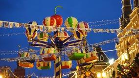 Carrusel iluminado de la Navidad almacen de video