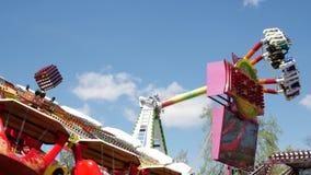 Carrusel muy rápido en el movimiento, en un parque de atracciones Diversión de la adrenalina metrajes