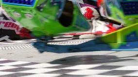 Carrusel muy rápido en el movimiento, en un parque de atracciones Diversión de la adrenalina de la sobrecarga almacen de video