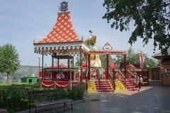 Carrusel para los niños, con un elefante giratorio Foto de archivo libre de regalías