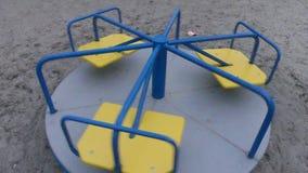 Carrusel simple de giro del ` s de los niños del carrusel que hace girar alrededor el compuesto con subjetivo almacen de metraje de vídeo