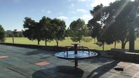 Carrusel vacío que gira lentamente en el parque almacen de video