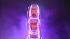 Carrusel y humo coloridos por noche vídeo almacen de metraje de vídeo