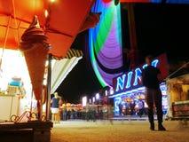 Carruseles de neón y toda la diversión de la feria en París imagenes de archivo