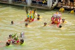 Carry Chinese Goddess Palanquins Across der Fluss Stockfotos