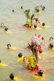 Carry Chinese Goddess Palanquins Across la rivière Images libres de droits