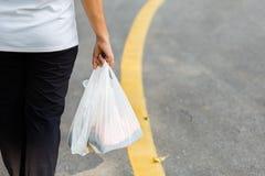 Carry Plastic Bags im Alltagsleben lizenzfreies stockbild