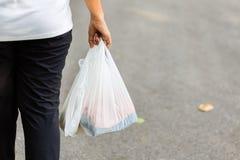 Carry Plastic Bags im Alltagsleben stockfotografie