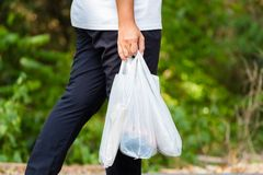 Carry Plastic Bags no parque fotografia de stock