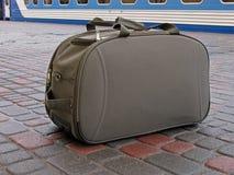 Carryall que se coloca en la plataforma Imagen de archivo