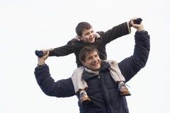 carrying father his shoulders son Στοκ φωτογραφίες με δικαίωμα ελεύθερης χρήσης