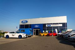 Cars in front of Ford motor company dealership building Stock Images