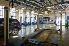 Cars and lift platform at workshop Stock Photography