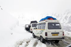 Cars in the snow at the Khardung La Pass, Ladakh, India Stock Photos