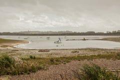 Carsington vatten, Derbyshire, England - dyster dag vid sjön arkivbilder