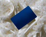 Cartão azul em branco no cetim branco Fotografia de Stock Royalty Free