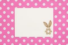Cartão bege vazio com a flor de madeira na tela do rosa e a branca do às bolinhas foto de stock