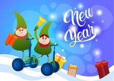 Cartão bonde do ano novo feliz do feriado do Natal do 'trotinette' do passeio verde do duende Fotografia de Stock