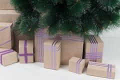 Cartão bonito com a árvore de Natal dos presentes Fotos de Stock Royalty Free