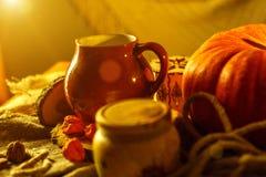 Cartão bonito do glechik da abóbora e da argila da composição do outono fotos de stock